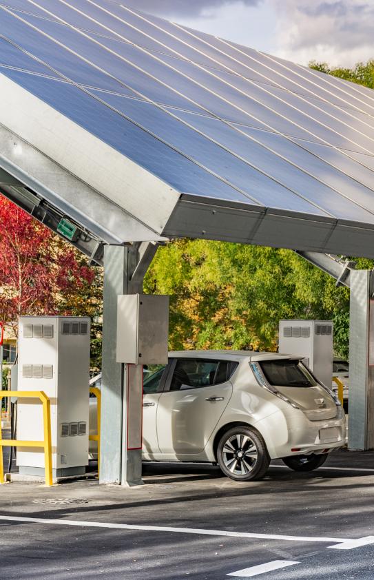Première ombrière de recharge de véhicules électriques